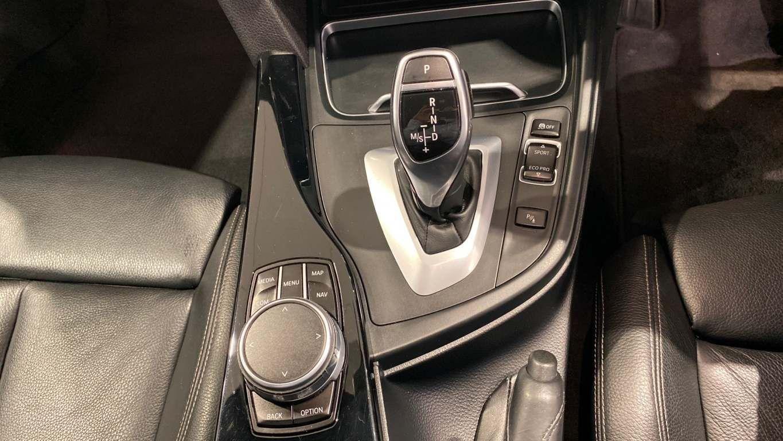 Image 22 - BMW 330d M Sport Saloon (MM17UNE)