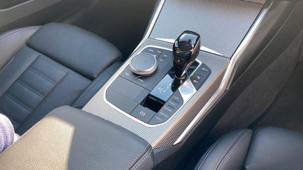 Image 10 - BMW 330e M Sport Saloon (YG69FFL)