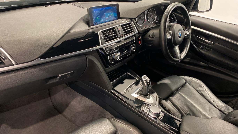 Image 27 - BMW 330d M Sport Saloon (MM17UNE)