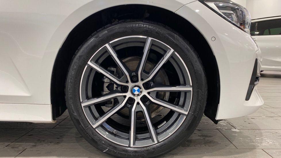 Image 14 - BMW 318d Sport Saloon (YA69NNL)