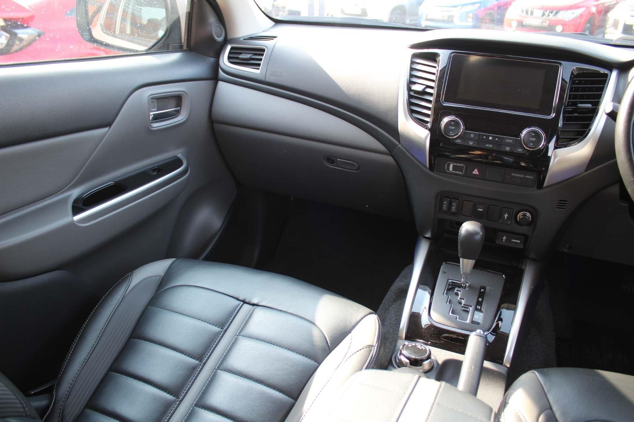 Mitsubishi L200 Images