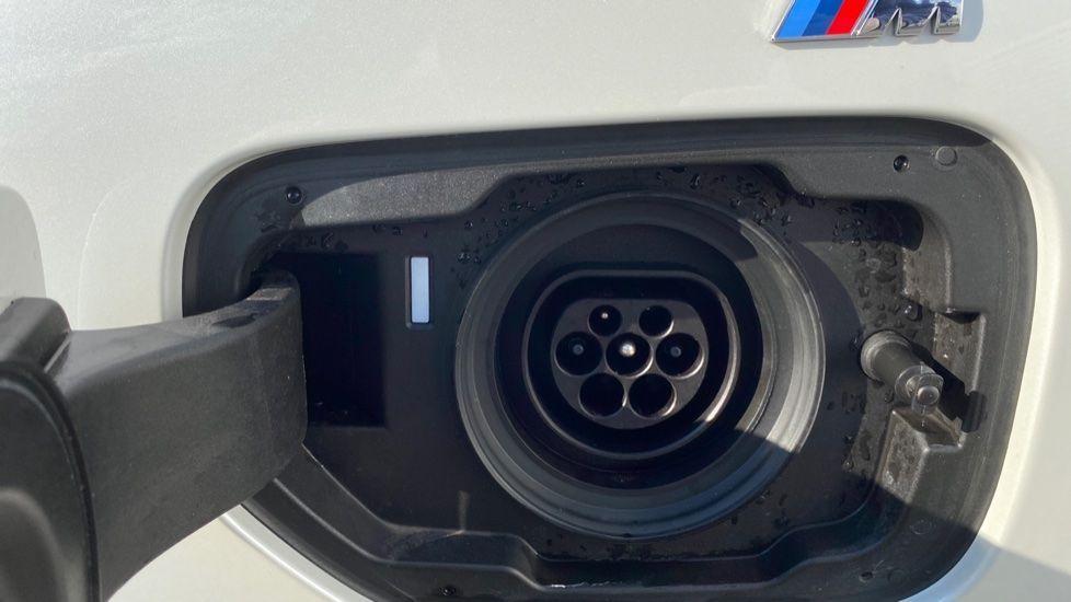 Image 18 - BMW 330e M Sport Saloon (YG69FFL)
