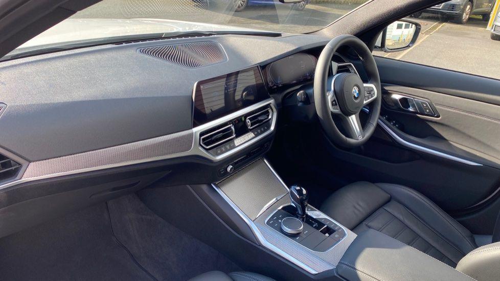 Image 6 - BMW 330e M Sport Saloon (YG69FFL)