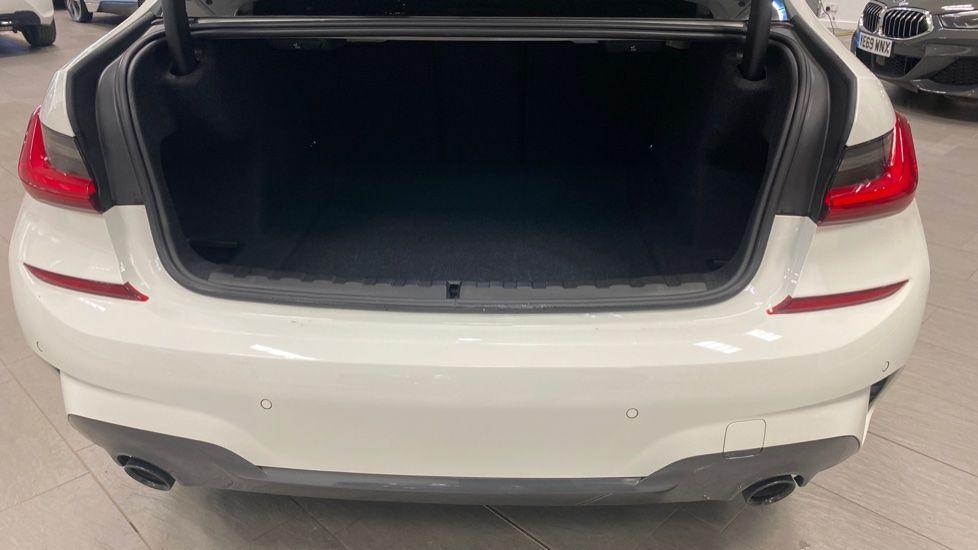 Image 13 - BMW 320i M Sport Saloon (YG20LFU)