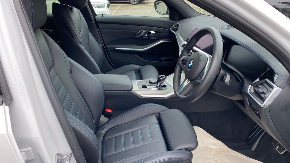 Image 11 - BMW 320d xDrive M Sport Touring (YH69GDX)