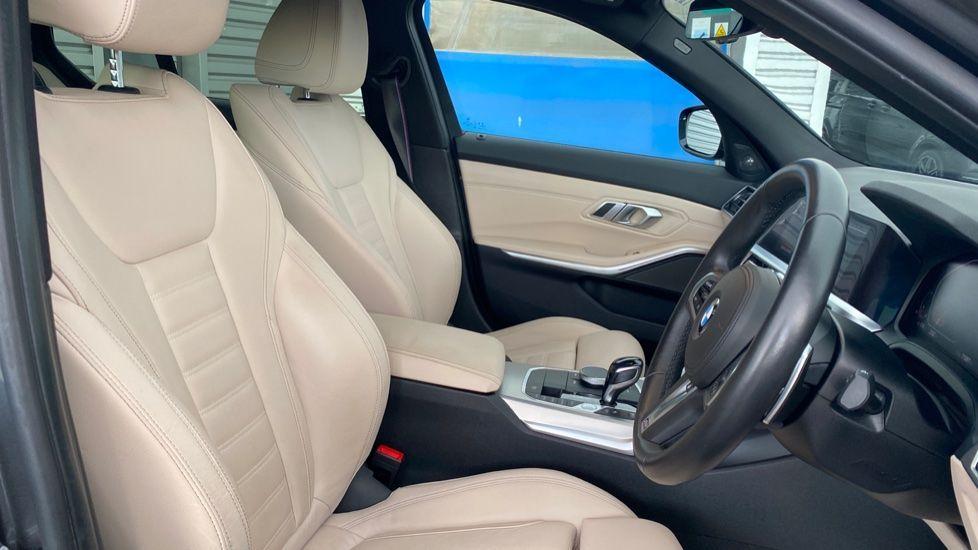 Image 11 - BMW 320i M Sport Saloon (LR19JPO)