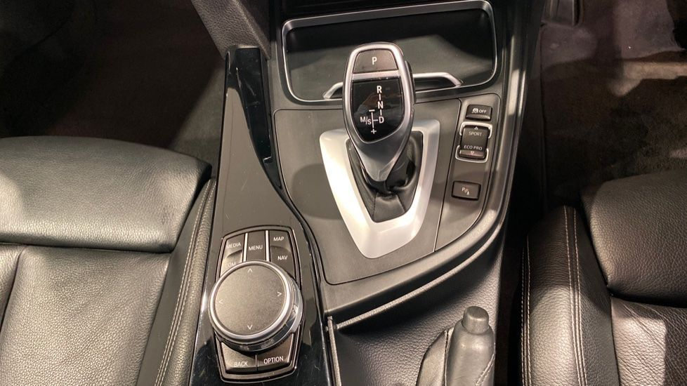 Image 6 - BMW 330d M Sport Saloon (MM17UNE)