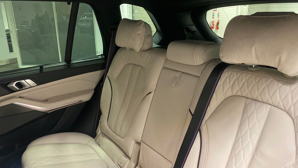 Image 12 - BMW xDrive40i M Sport (YE20DWY)