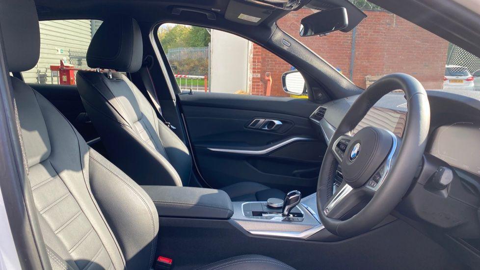 Image 11 - BMW 330e M Sport Saloon (YG69FFL)