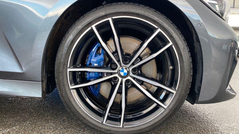 Image 14 - BMW 320i M Sport Saloon (LR19JPO)