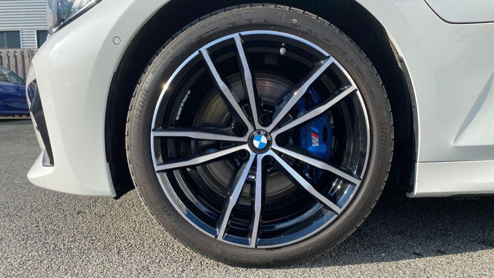 Image 14 - BMW 330e M Sport Saloon (YG69FFL)
