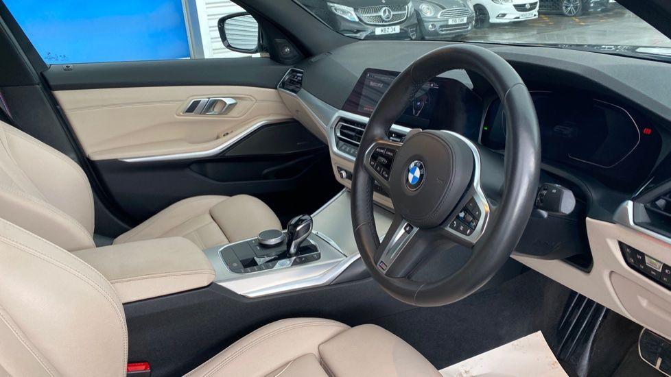 Image 5 - BMW 320i M Sport Saloon (LR19JPO)