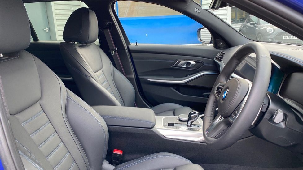 Image 11 - BMW 330e M Sport Touring (MA70HOH)