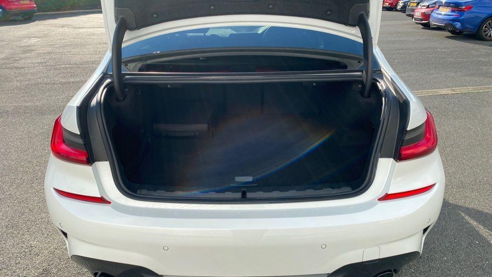 Image 13 - BMW 330e M Sport Saloon (YG69FFL)