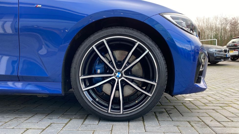 Image 14 - BMW 330e M Sport Saloon (YH69DJD)