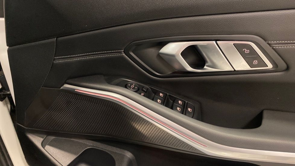 Image 19 - BMW 320i M Sport Saloon (YG20LFU)