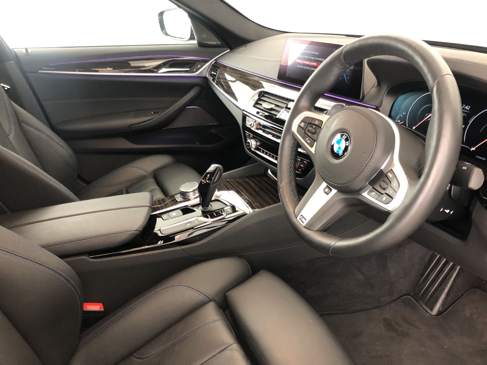 Image 4 - BMW 530e M Sport iPerformance Saloon (YJ68WUP)