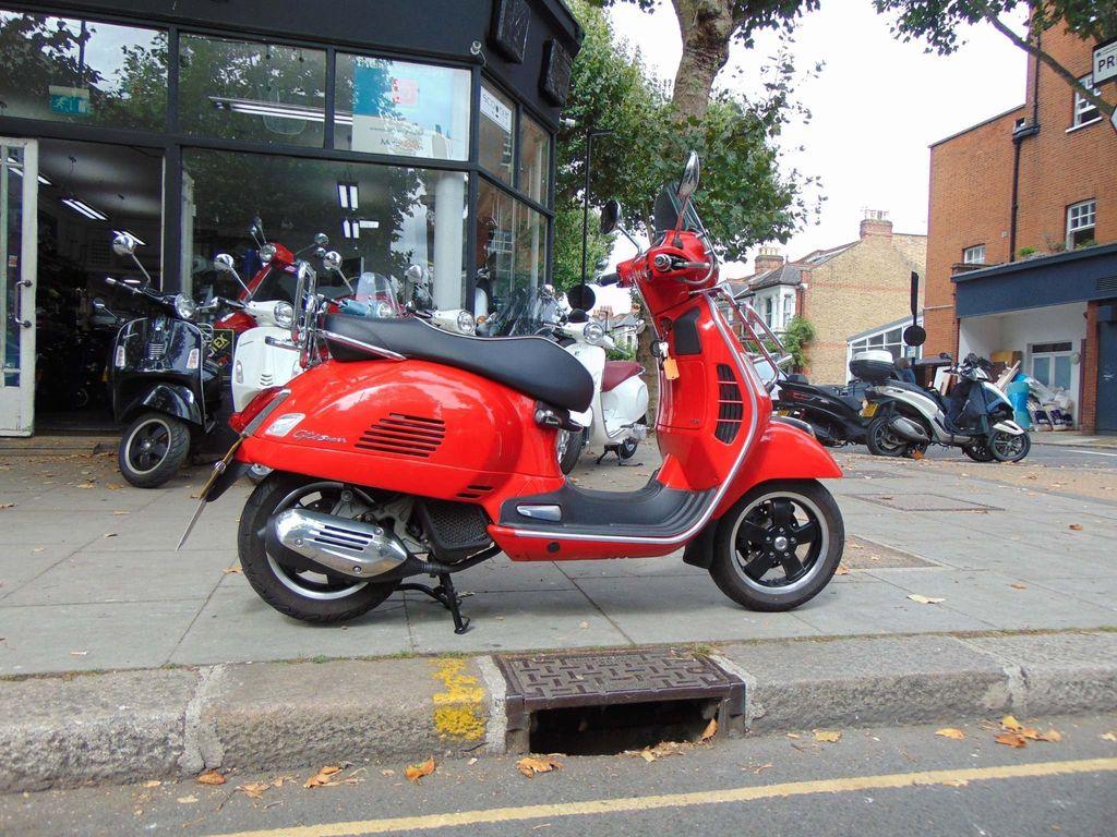 Piaggio Vespa GTS Scooter 125 Super ABS