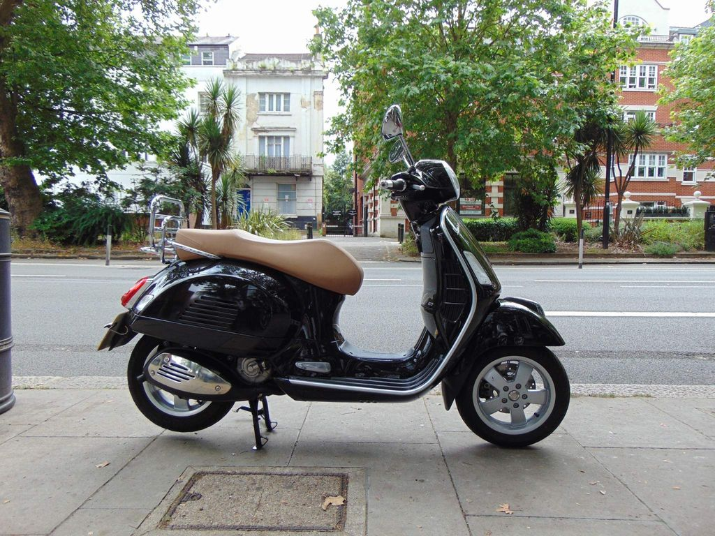 Piaggio Vespa GTS Scooter 300 ABS Scooter