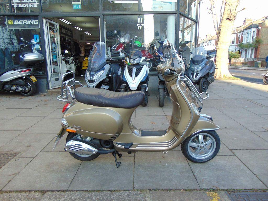 Piaggio Vespa LX Moped 2 50