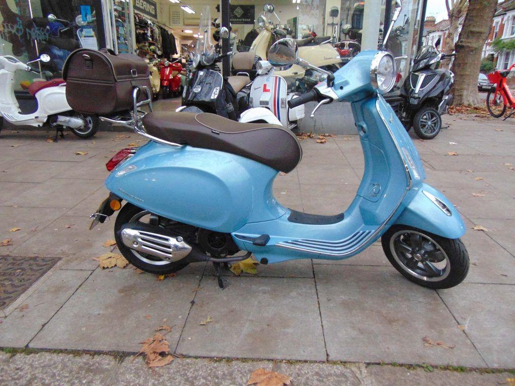 Piaggio Vespa Primavera Scooter 125 70th Anniversary