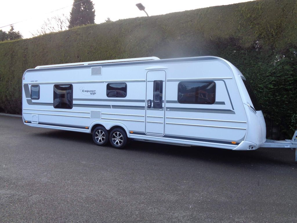 LMC 685 Vip Exquisit Tourer FIXED TRANSVERSE ISLAND BED WITH SEPARATE TOILET/SHOWER CUBICLE IN EXCELLENT CONDITION.