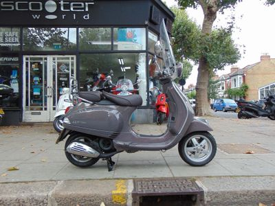 Piaggio Vespa LX Scooter 125 Vie Della Moda IE