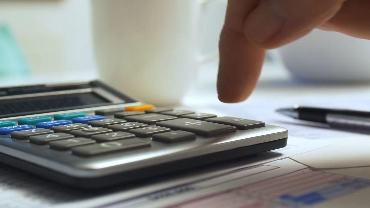 Car buyer using a calculator for their online car budget
