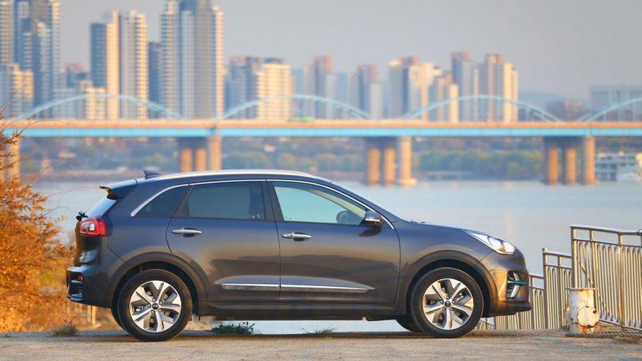 Kia e-Niro parked in front of a cityscape