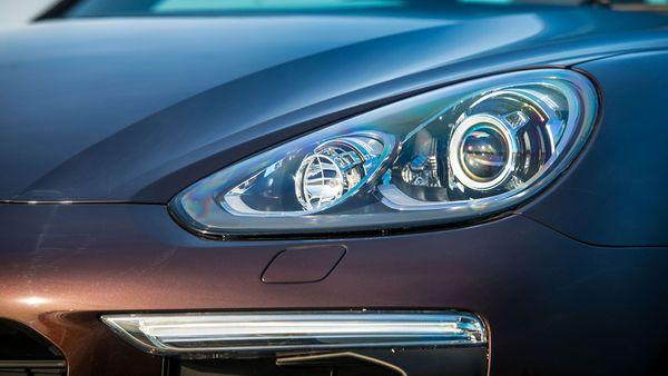 2015 Porsche Cayenne headlight